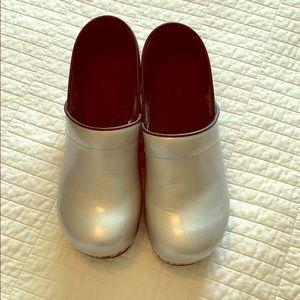 Sanita Silver Clogs/Size 40/Like New